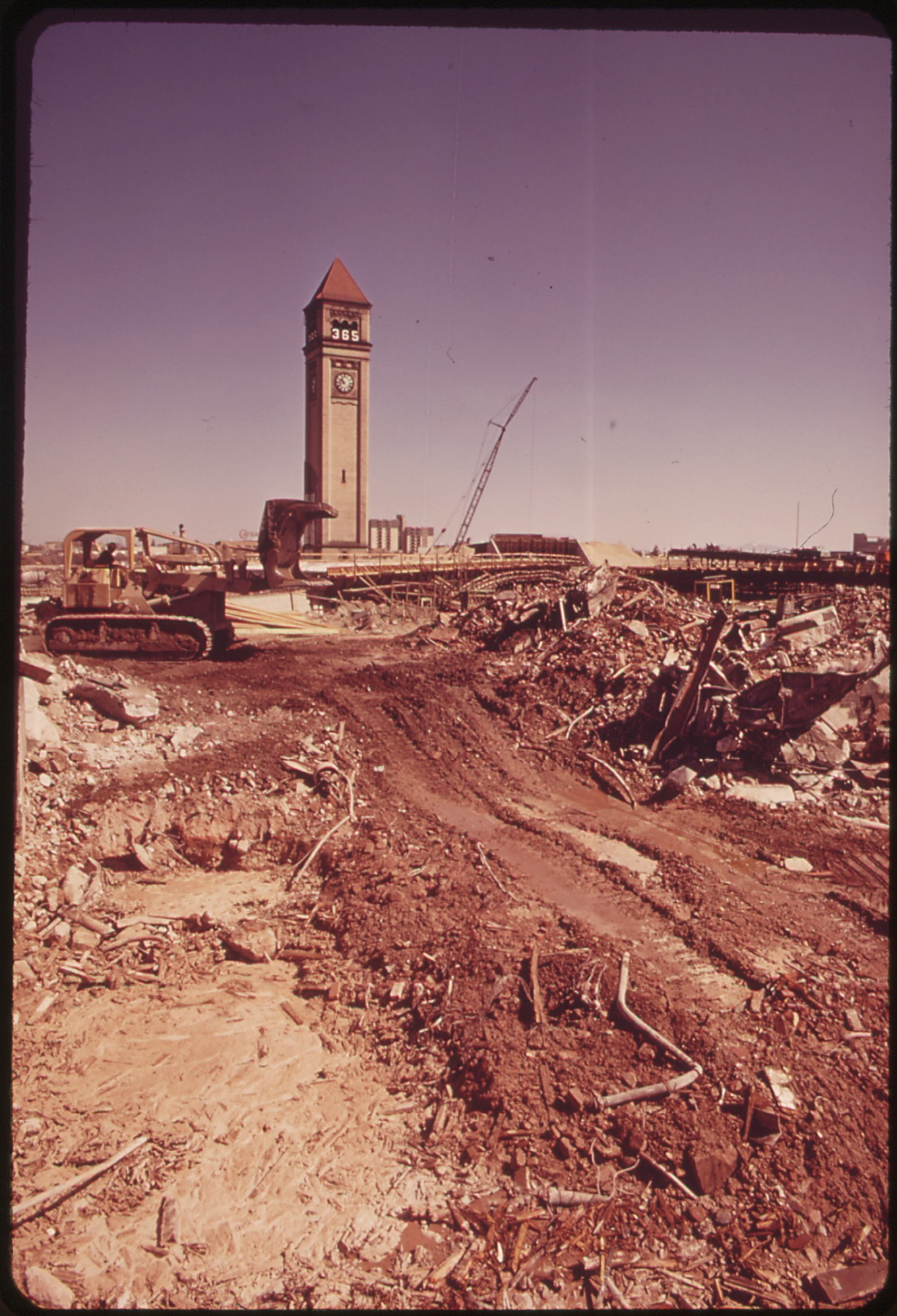 CONSTRUCTION_ON_SITE_OF_EXPO_74._ENVIRONMENT_WILL_BE_THE_THEME_-_NARA_-_548093PD